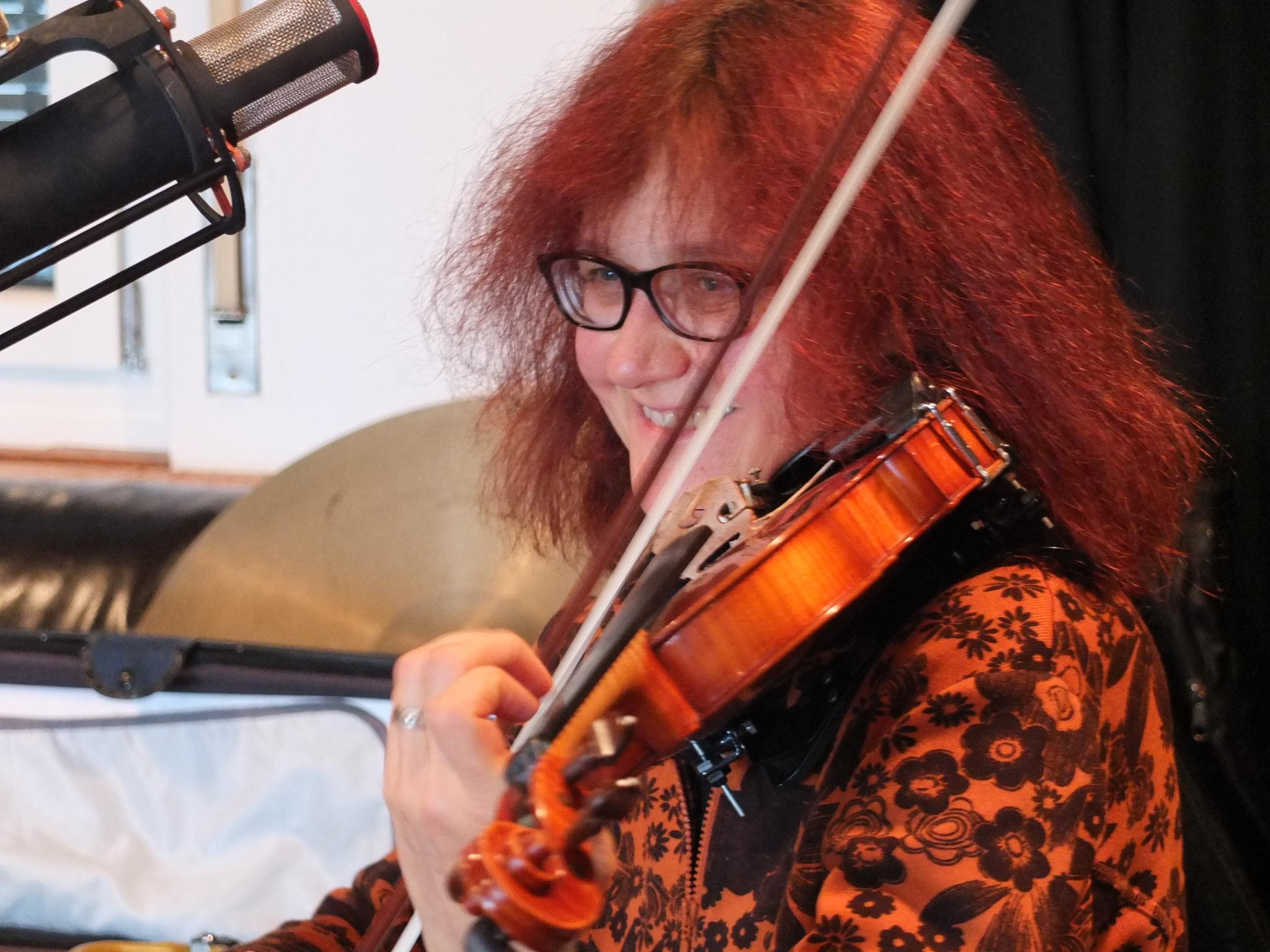 Hook, aka Karin Widmer unterstützt uns an der Geige